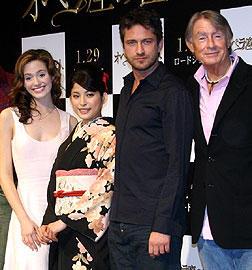 (左より)エミー・ロッサム、上原多香子、 ジェラルド・バトラー、ジョエル・シュマッカー監督「オペラ座の怪人」