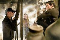 (左より)「宇宙戦争」撮影現場のスピルバーグ、 ダコタ・ファニング、トム・クルーズ「宇宙戦争」