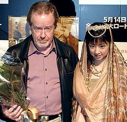 リドリー・スコット監督と花束贈呈に来場した小倉優子「キングダム・オブ・ヘブン」