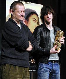 セザール賞のトロフィーを持参した ウリエル(右)とジュネ監督「アメリ」