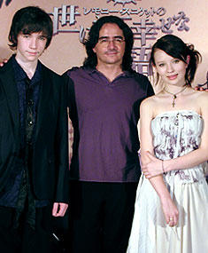 (左より)リアム・エイケン、ブラッド・シルバーリング監督、 エミリー・ブラウニング「レモニー・スニケットの世にも不幸せな物語」