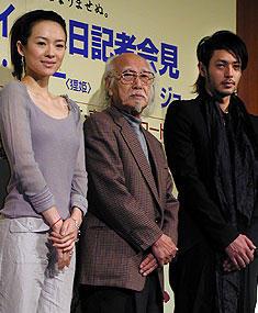 (左より)チャン・ツィイー、鈴木清順監督、オダギリジョー「オペレッタ狸御殿」