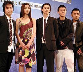 (左より)深作健太監督、黒木メイサ、窪塚洋介、 エディソン・チャン、山本太郎「同じ月を見ている」
