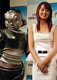 矢田亜希子と彼女が演じるキャピィー「ロボッツ」