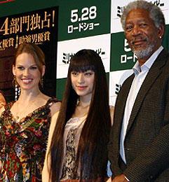 (左より)ヒラリー・スワンク、花束贈呈に来場した栗山千明、 モーガン・フリーマン「ミリオンダラー・ベイビー」