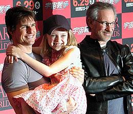 上機嫌のクルーズは、娘役のダコタをだっこ「宇宙戦争」