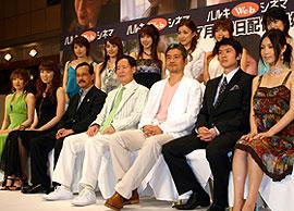 サンズのアイドルたちに囲まれる角川春樹 かつての栄光を取り戻せるか注目される「男たちの大和 YAMATO」