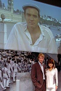 スクリーンに映るユアン・マクレガーと 会見場のベイ監督、花束贈呈役の釈由美子「パール・ハーバー」