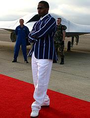 レッドカーペット上のジェイミー・フォックス バックに展示されているのが 開発中の無人ステルス戦闘機「ステルス」