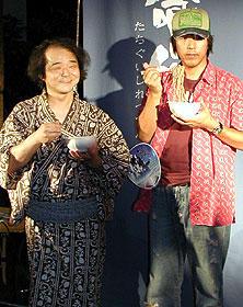 プロダクションI.G.代表・石川光久氏(右)と ソバを手に撮影に応じる押井監督「立喰師列伝」