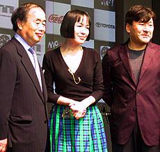 審査員を務める桃井かおり(中央)、鈴木光司(右)も来場 映画祭ゼネラルプロデューサーの角川歴彦氏(左)と「単騎、千里を走る。」
