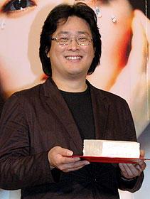 """劇中で印象的に用いられる """"豆腐""""を手にしたパク・チャヌク監督「親切なクムジャさん」"""