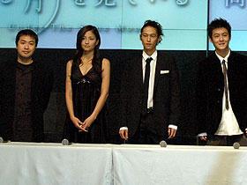 窪塚洋介はすっかり以前の毒気が抜けた様子 (左より)深作健太監督、黒木メイサ、窪塚洋介、エディソン・チャン「同じ月を見ている」