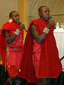 会見場を踊りまわって記者を驚かせた マサイ族の戦士たち「マサイ」