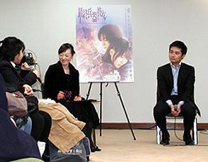 女子高生とディスカッションするタイゾー議員(右) しゃべりすぎにはご用心「最終兵器彼女」
