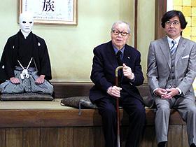 映画の重要な登場人物・佐清(左)と市川崑監督、石坂浩二「犬神家の一族」