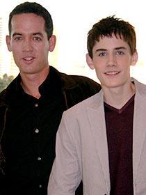 劇中よりも成長したアダム・ブッチャー(右)と 監督のマイケル・マッゴーワン「リトル・ランナー」