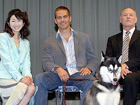 (左より)荻野目慶子、ポール・ウォーカー、 フランク・マーシャル監督「南極物語」