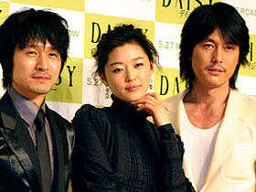 (左より)イ・ソンジェ、チョン・ジヒョン、チョン・ウソン「デイジー」