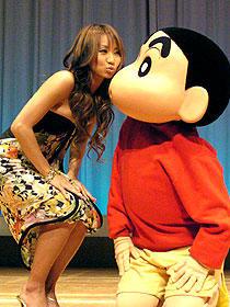 倖田のキスにしんちゃんも驚き「映画クレヨンしんちゃん 伝説を呼ぶ 踊れ!アミーゴ!」