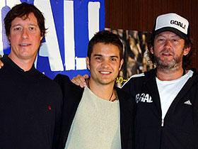 サッカーの訓練を受け、 撮影中に鼻を骨折したという主演クノ・ベッカー(中央)「GOAL!」