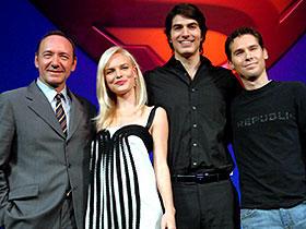 今日はかつらじゃないよね? (左から)ケビン・スペイシー、ケイト・ボスワース、 ブランドン・ラウス、ブライアン・シンガー監督「スーパーマン リターンズ」