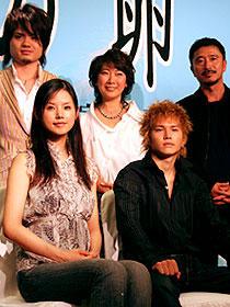 (前列左から)小西真奈美、市原隼人 (後列左から)主題歌を担当する SunSet Swishのボーカル佐伯大介、 原作者・村上由佳、冨樫森監督「天使の卵」