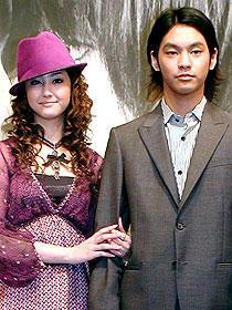 桃味キスで年下をリード (左から)沢尻エリカ、柳楽優弥「シュガー&スパイス 風味絶佳」