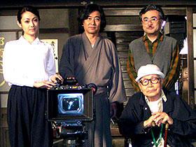 出演者も完成が待ち遠しい「犬神家の一族」 (後列左から)深田恭子、石坂浩二、三谷幸喜 (前列)市川崑監督「犬神家の一族」