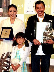 3つのトロフィーに思わず笑みがこぼれる (左から)安藤和津、杉浦花菜、奥田瑛二「長い散歩」