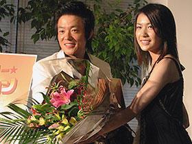 「スーパースター☆カム・サヨン」主演のイ・ボムス(左)と 村川絵梨(右)「スーパースター☆カム・サヨン」