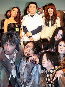 ゾンビに囲まれて… (左から)加藤ミリヤ、古澤健監督、沢尻エリカ「オトシモノ」