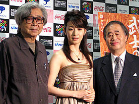 角川歴彦チェアマン(右)とゲストとして登壇した 「武士の一分」の山田洋次監督、檀れい「父親たちの星条旗」
