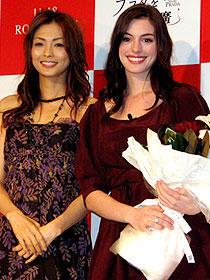 お気に入りのドレス姿で登場した アン・ハサウェイ(右)と人気モデルの押切もえ(左)「プラダを着た悪魔」