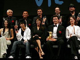 各賞受賞者たち (前列右から2人目)グランプリ受賞のミシェル・ハザナビシウス監督「リトル・ミス・サンシャイン」