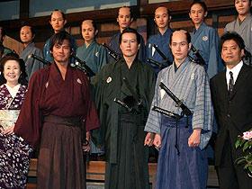(左から)中村玉緒、織田裕二、 豊川悦司、松山ケンイチ、森田芳光監督「椿三十郎」