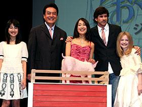 「シャーロットのおくりもの」(左から)福田麻由子、高橋英樹、 鶴田真由、ゲイリー・ウィニック監督、ダコタ・ファニング「シャーロットのおくりもの」