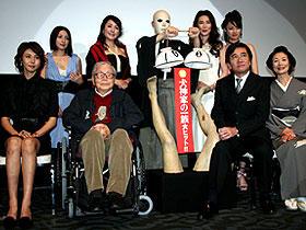 (後列左から)奥菜恵、松坂慶子、スケキヨ、萬田久子、深田恭子、 (前列左から)松嶋菜々子、市川崑監督、石坂浩二、富司純子「犬神家の一族」