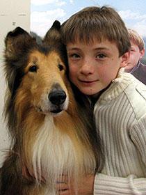 """コリー犬の""""オージ""""とジョナサン・メイソン 衣裳協力:BeBe「名犬ラッシー」"""