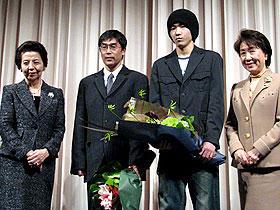 「子宮の記憶/ここにあなたがいる」試写会に来場した (左から)安倍洋子さん、若松節朗監督、柄本佑、加藤睦子さん「子宮の記憶 ここにあなたがいる」