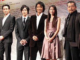 「ミッドナイトイーグル」(左から)吉田栄作、玉木宏、 大沢たかお、竹内結子、藤竜也「ミッドナイト イーグル」