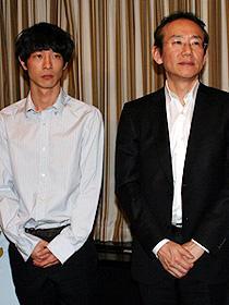 「それでもボクはやってない」 (左から)加瀬亮、周防正行監督「それでもボクはやってない」