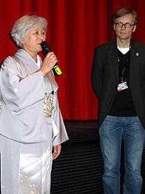 舞台挨拶に立った岡本みね子夫人(左)と、 クリストフ・テルヘヒテ氏「独立愚連隊」