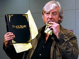 もらったチョコを頬張るポール・バーホーベン監督「ブラックブック」