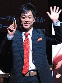 右手に香水、左手の薬指には指輪 新婚ホヤホヤの陣内智則「パフューム ある人殺しの物語」