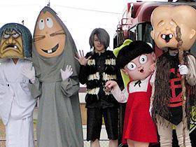 鳥取県境港市に集合した「ゲゲゲの鬼太郎」 ウエンツ瑛士と妖怪たち「ゲゲゲの鬼太郎」