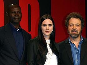 「ブラッド・ダイヤモンド」(左から)ジャイモン・フンスー、 ジェニファー・コネリー、エドワード・ズウィック監督「ブラッド・ダイヤモンド」