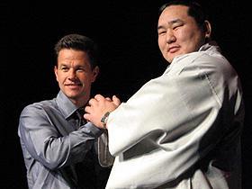 戦う男同士ががっちり手を組んだ! (左から)マーク・ウォールバーグ、朝青龍「ザ・シューター 極大射程」