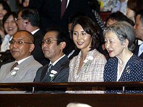 皇后陛下から向って左へ 松嶋菜々子、さだまさし、犬童一心監督「眉山」