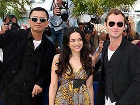 カンヌ映画祭のレッドカーペットに登場した 「マイ・ブルーベリー・ナイツ」(左から)ウォン・カーウァイ監督、 ノラ・ジョーンズ、ジュード・ロウ「マイ・ブルーベリー・ナイツ」